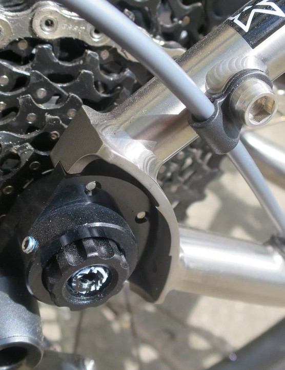 Nice detailing includes internal cable routing and this neat cable guide on the dropout bosses