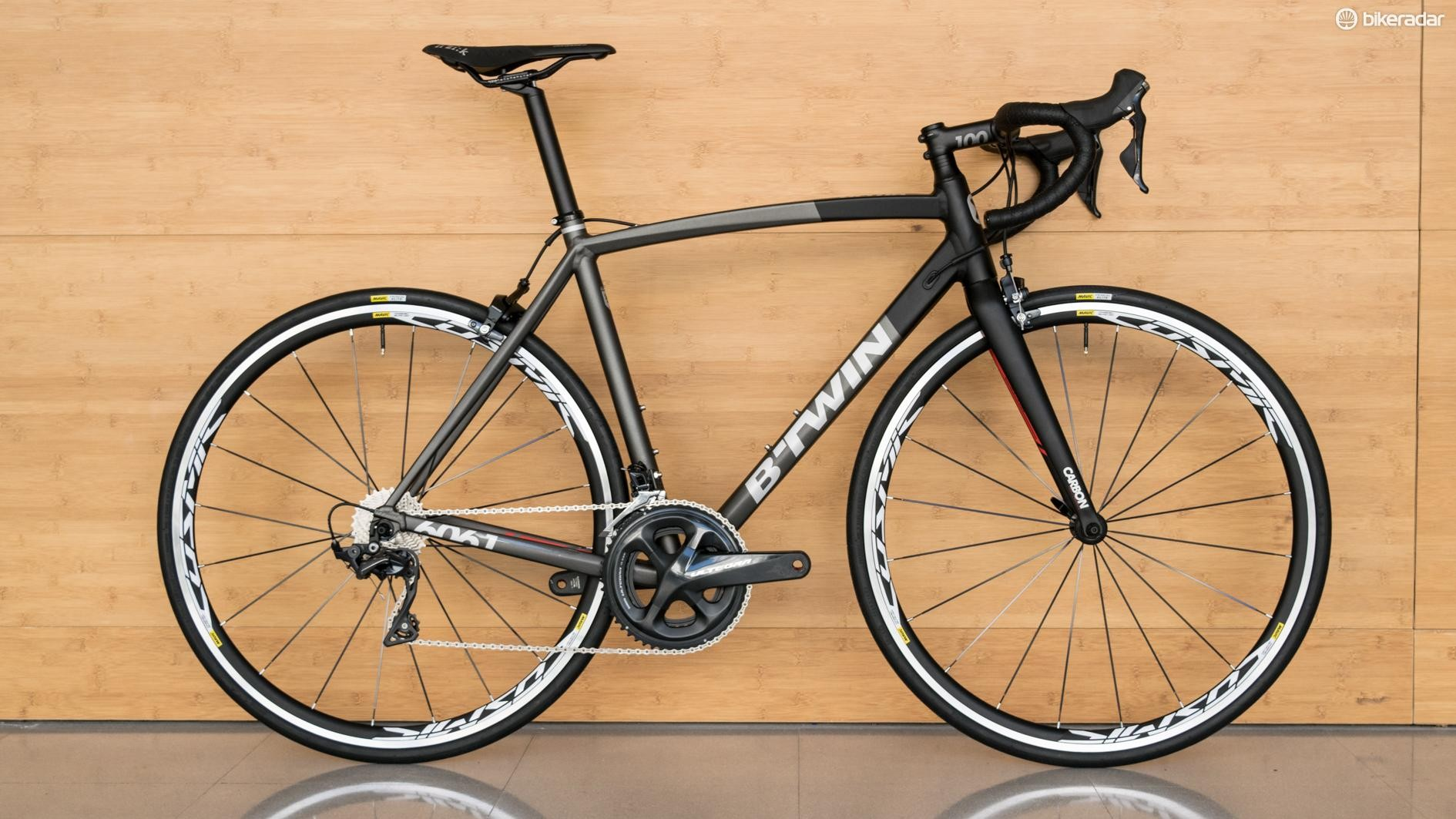 More-or-less full Ultegra R8000 and Mavic Cosmic Elite UST wheels make for a pleasing build