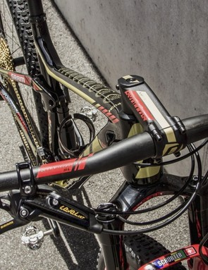 Schurter has swapped from a Ritchey cockpit to all Syncros gear, except for the SRAM Level Ultimate brakes