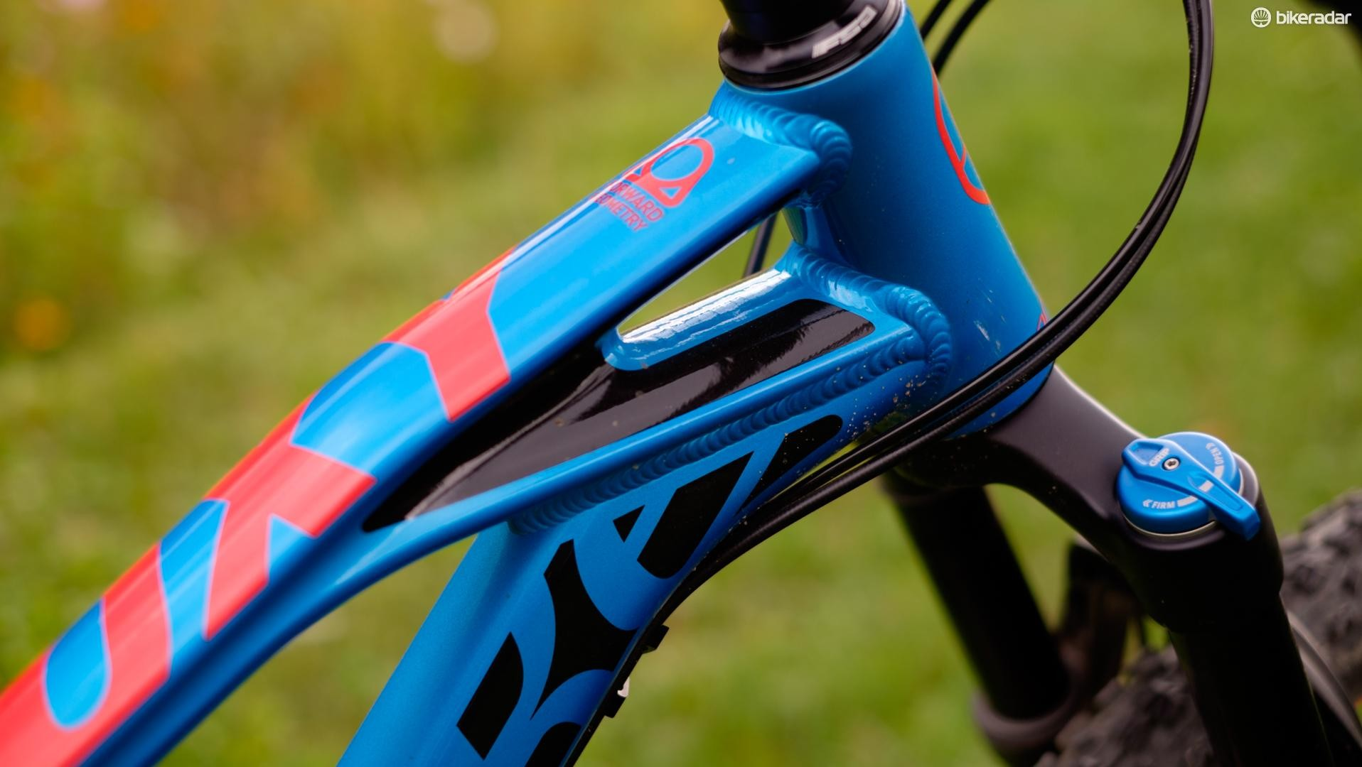 The top tube does a good job mimicking that of the carbon Foxy