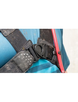The main buckle is articulated, which allows the straps to move more freely