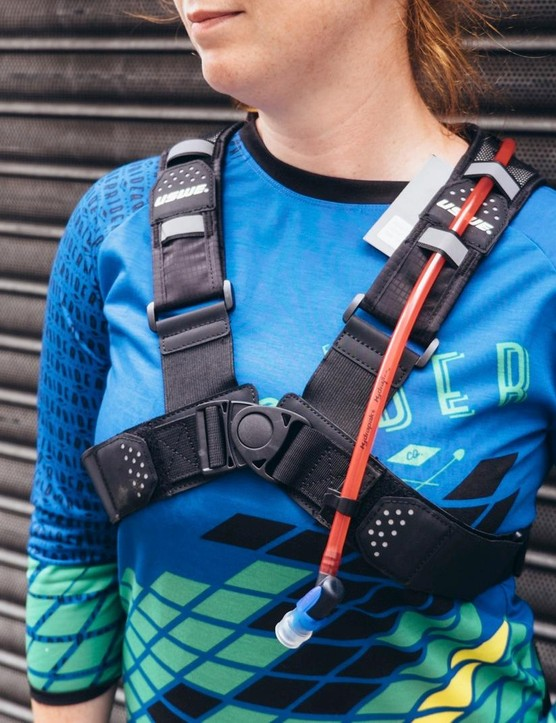 Rather than the usual vertical shoulder straps, held in place by horizontal chest and waist straps, the USWE Airborne has an x-shaped strap system with a central clasp