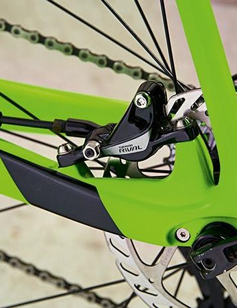 SRAM hydraulic discs, along with a rear 142x12mm thru-axle, are specced –though the cheaper Avid rotors are a bit squealy