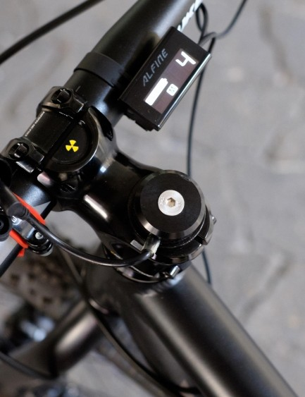 Energy sapped from the front hub is neatly fed to the 800lumen Exposure Revo lamp at the handlebar