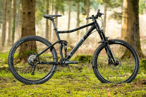 The Canzo's four-bar rear end and Suntour air shock create an impressively smooth, lump-eating ride out back