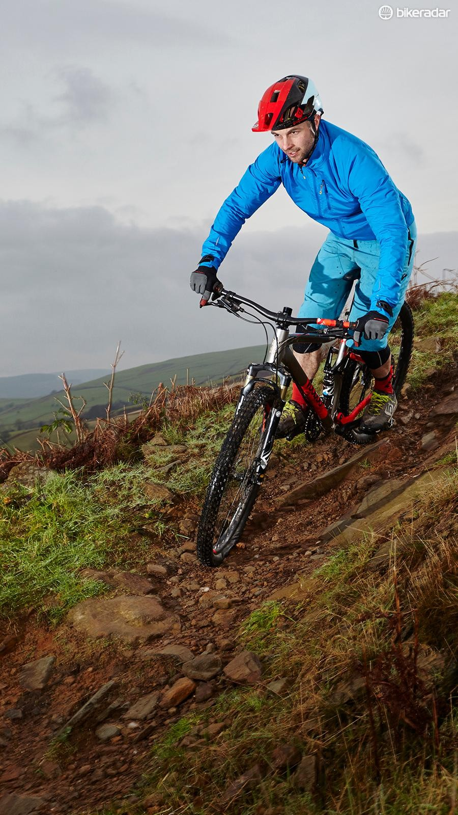 The wide 760mm bar and short stem sync with the relaxed head angle and long front end for maximum crazy-trail confidence