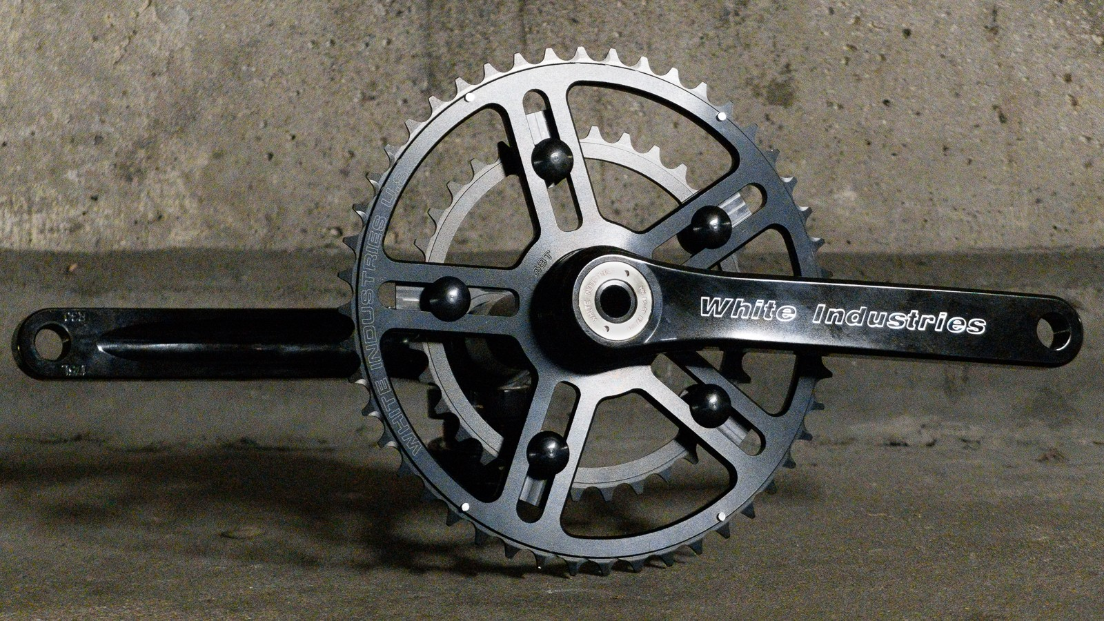 White Industries has made the move towards a Hollow Tech style system with its new R30 cranks