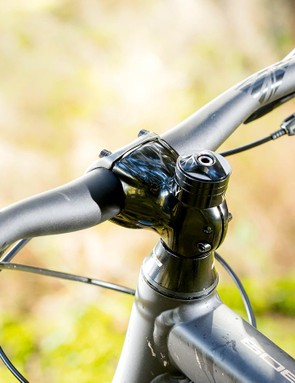 The 760mm wide bar and 50mm stem offer good control and comfort