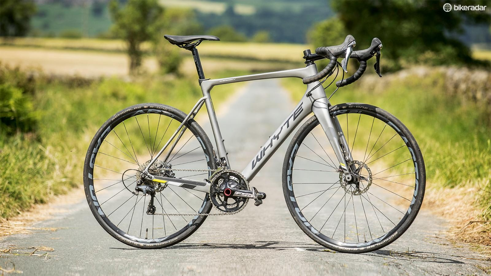 Mudguards, fat tyres, chunky rims and disc brakes contribute to a 9.13kg weight