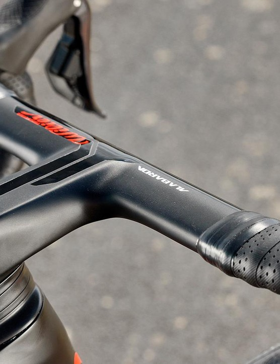 Integrated Alabarda bar and stem is firm but not overly harsh