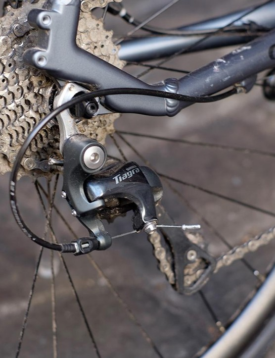 The 2x10-speed Tiagra groupset lacks little compared with its 105 big brother