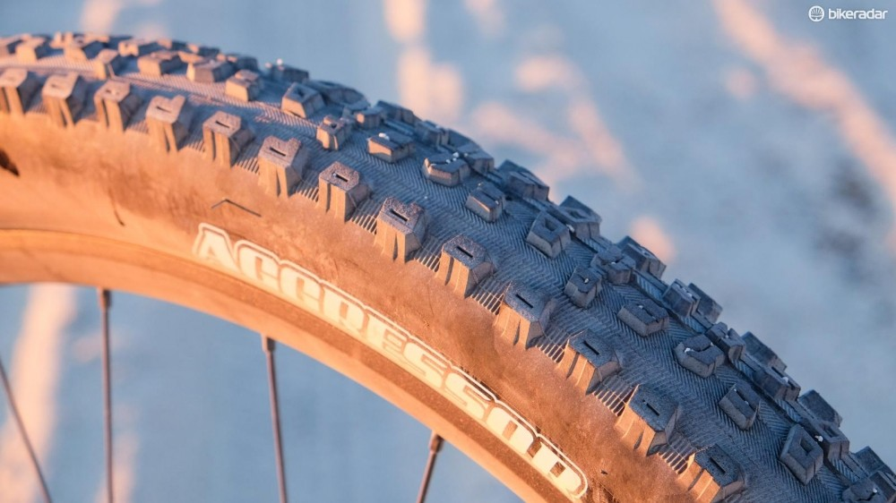 The aggressive tire theme continues to back of the bike, with a 29x2.3in Maxxis Aggressor