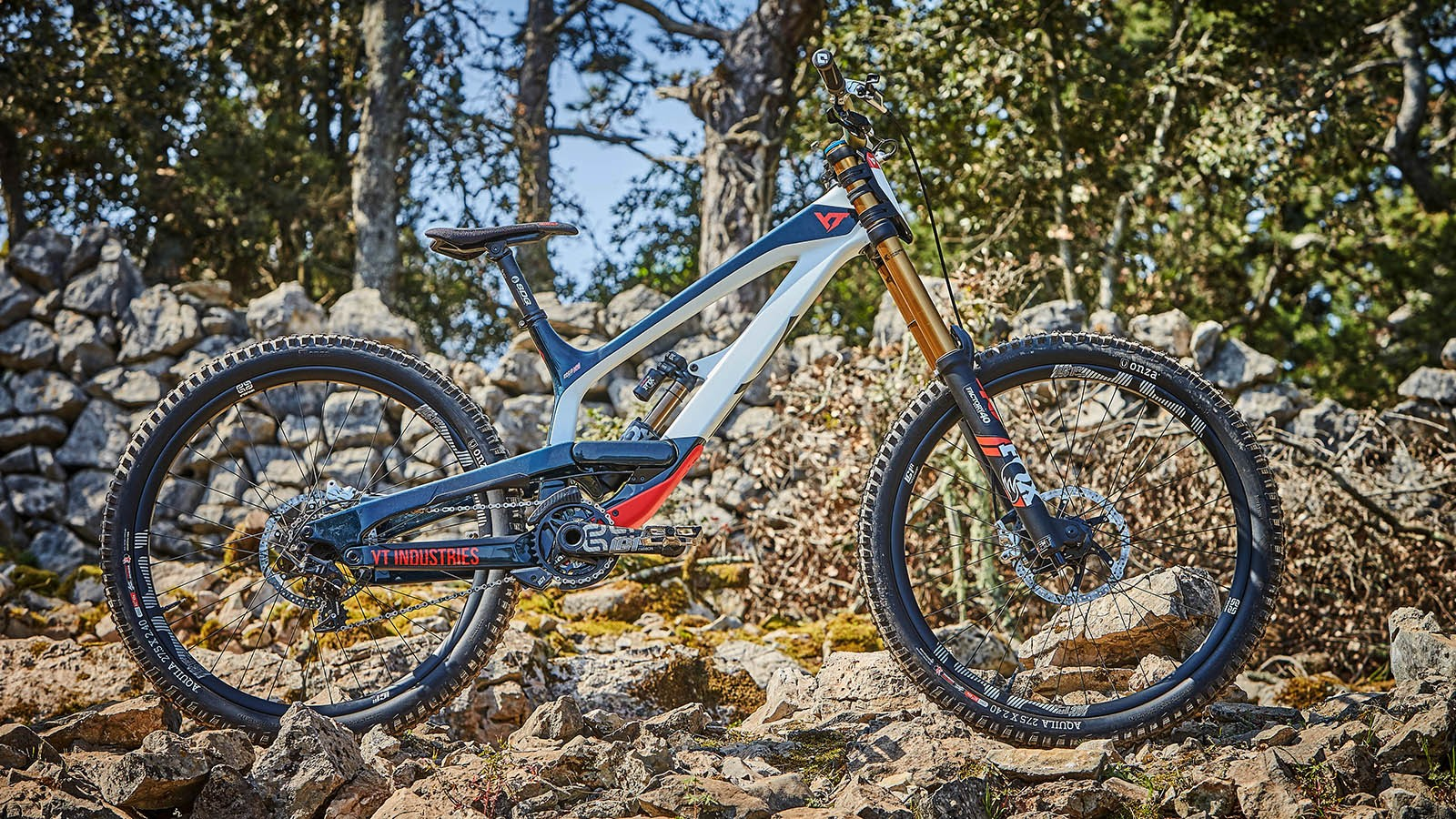 This is the CF Pro Race MOB edition of the new Tues. While the standard CF Pro Race uses the same parts, the Mob Edition gets this rather slick paint job