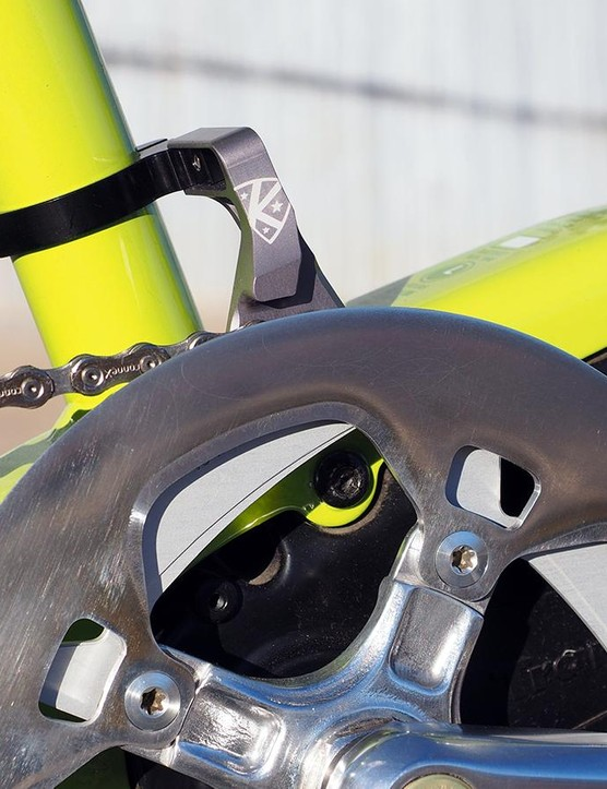 The chain is kept in place with a basic aluminium guide on the outside and a K-Edge Cross Single XL chain catcher on the inside