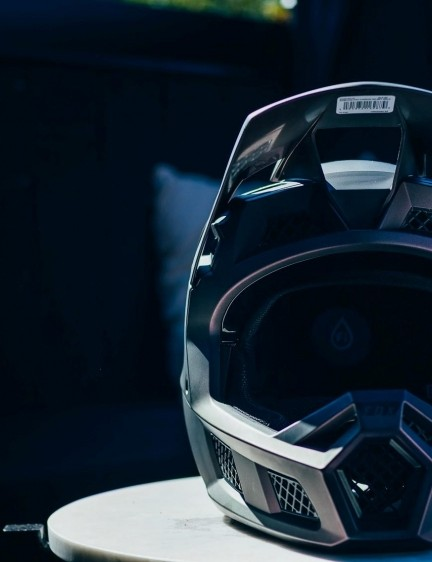 Fox has taken ventilation cues from the Proframe and put them in a gravity-fuelled helmet