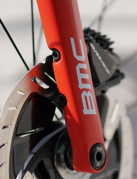 BMC only added 18g of weight (compared to a rim-brake fork) to integrate a flat-mount caliper without any additional hardware