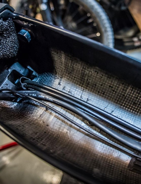 The cables run internally along the down tube, which gives you access to the frame's cable tunnels