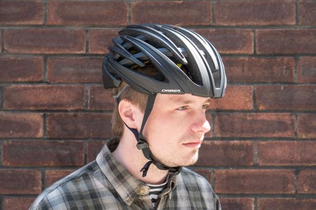 Model wearing wearing Orbea R 10 MIPS road bike helmet