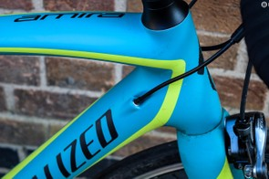 Internal cable routing on blue woman road bike