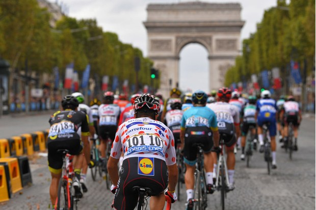 Cyclists of the 2018 Tour de France riding towards the Arc de Triomphe