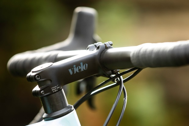 Vielo-branded stem, carbon bar