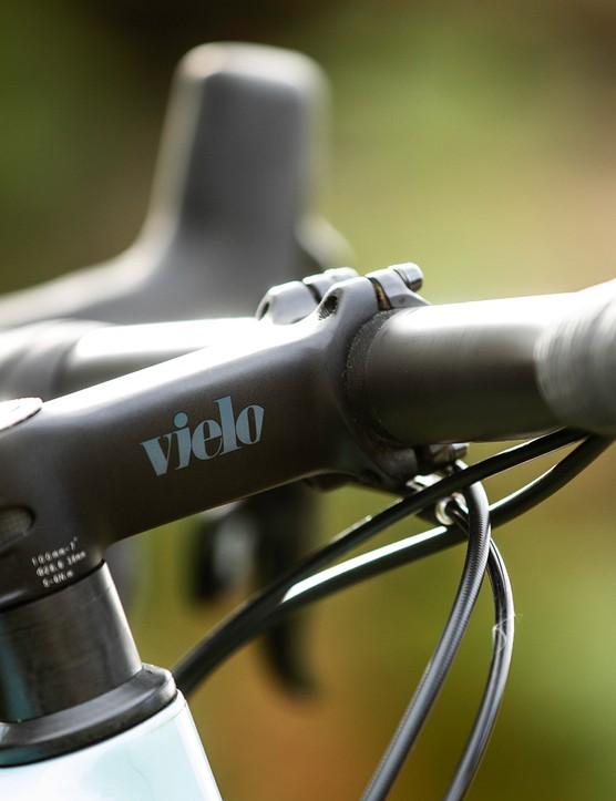 Vielo-branded stem, carbon bar