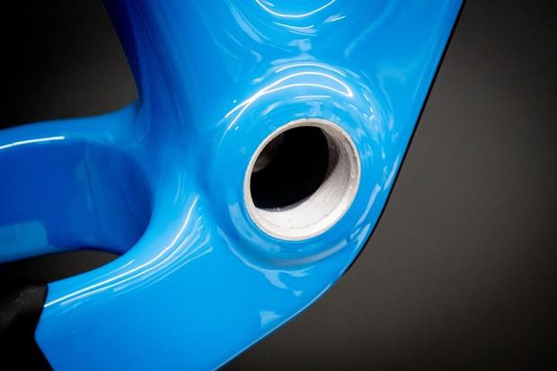 Threaded bottom bracket shell on blue carbon hardtail frame