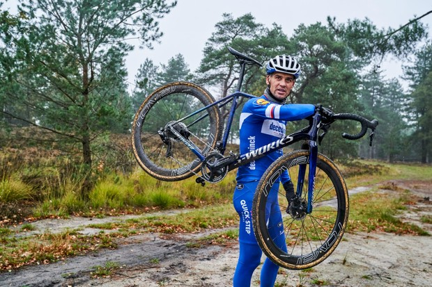 Zdenek Stybar shouldering his new custom Specialized Crux
