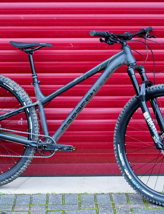 Pack shot of the Saracen Zenith Elite LSL hardtail mountain bike