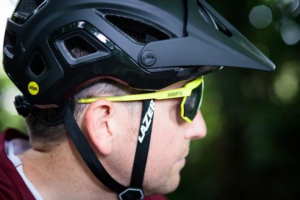 Cycliste portant des lunettes de soleil 100% Racetrap. lunettes de soleil