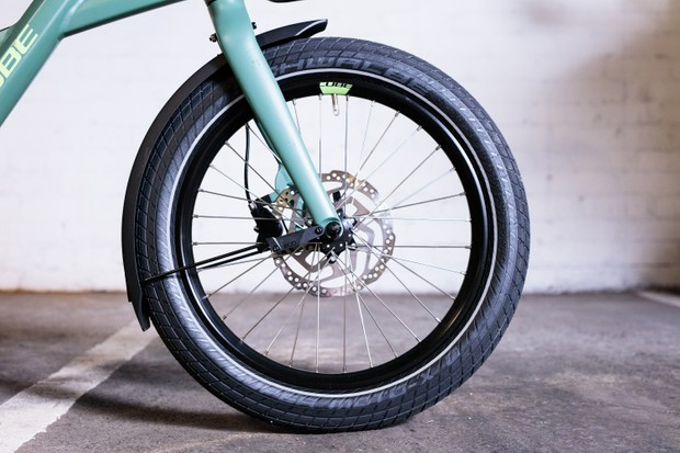 Front wheel with disc brake and mudguard