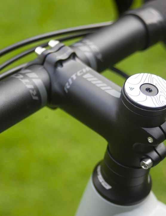 On the 700c version of the Cairn E-Adventure V2 there is a Ritchey bar and stem