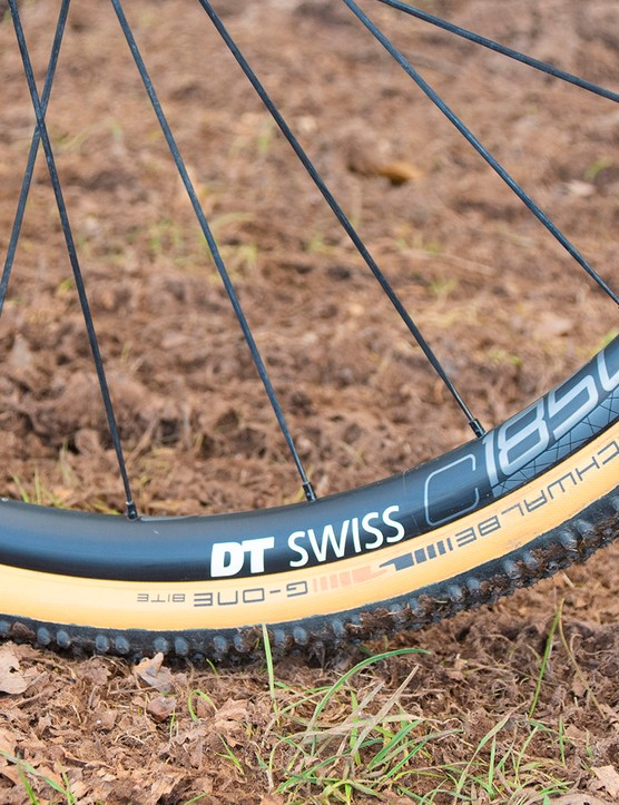 The Canyon Grail AL 6 WMN gravel bike is equipped with DT Swiss wheels and Schwalbe G-One Bite tyres