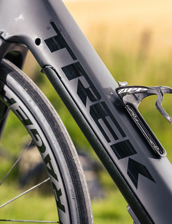 The frame of the Trek Domane+ LT 7 is constructed from 500 series OCLV carbon
