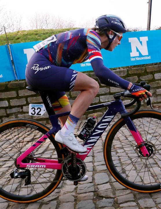 Hannah Barnes racing the 2021 Omloop Het Nieuwsblad