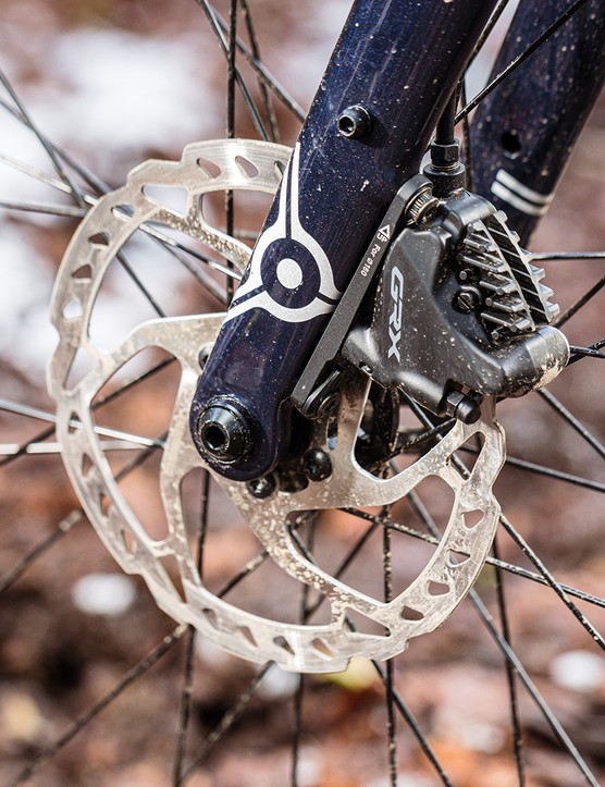 The fork on the Ragely Trig 2021 gravel bike has fitting for both guard and rack