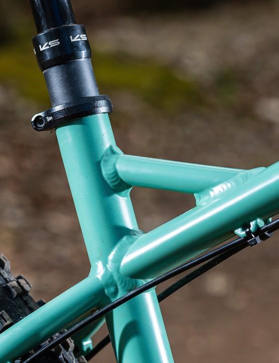 The Bombtrack Cale AL hardtail mountain bike has a KS dropper post