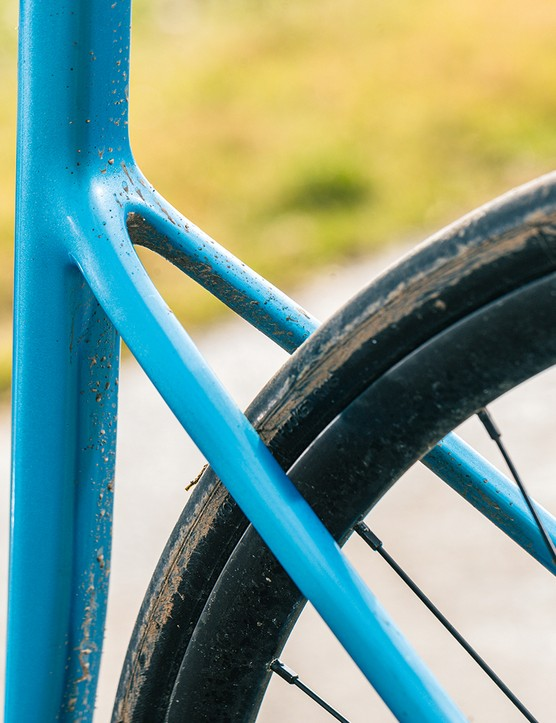 he frame of the Cannondale Supersix EVO 105 allows ample tyre clearance both front and rear