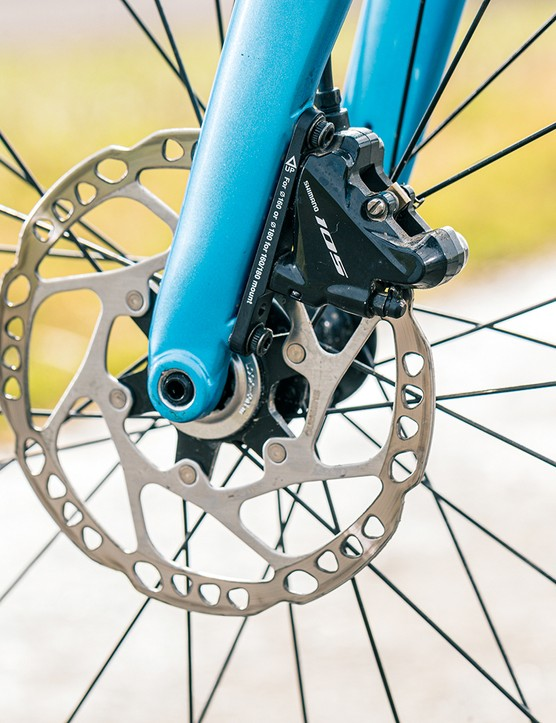 The Cannondale Supersix EVO 105 road bike is equipped with Shimano 105 hydro brakes