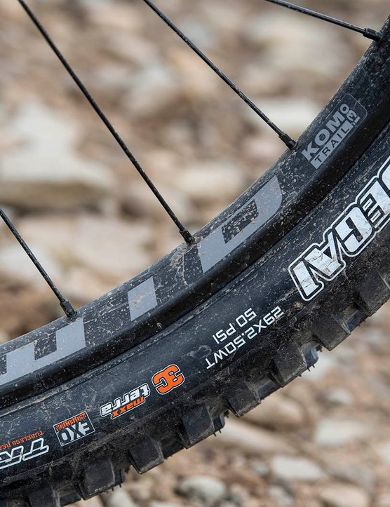 The Kona Process 153 DL 29 full suspension mountain bike is equipped with WTB KOM Trail i30 TCS rims