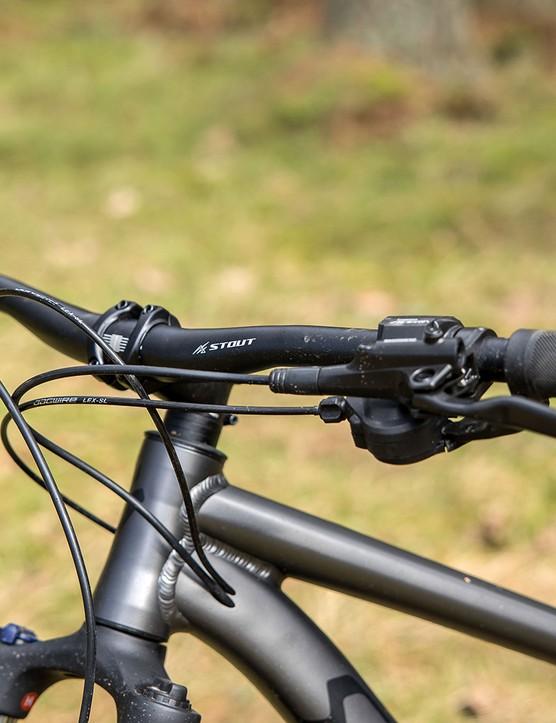 The Specialized Rockhopper Comp hardtail mountain bike has a Stout Mini Rise bar