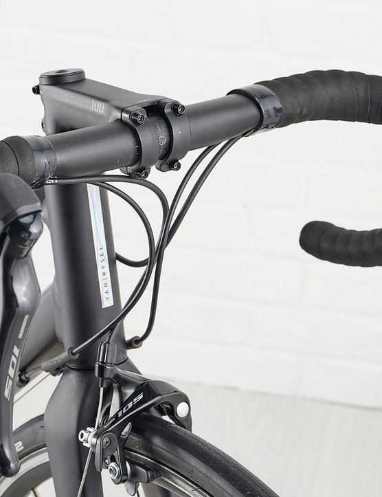 Van Rysel oversize stem with a Van Rysel T6 aluminium bar on the Van Rysel EDR AF road bike