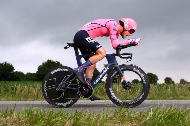Jonas Roach - Nippo d'EF Education conduit le vélo Cannondale TT sans nom.