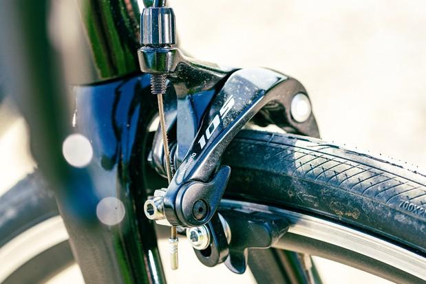 Shimano 105 rim brakes on the Giant TCR Advanced 2 road bike