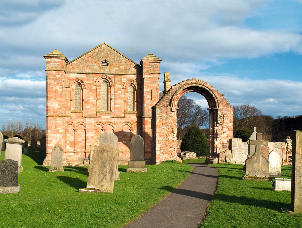 A58J18 dh  COLDINGHAM BORDERS Coldingham Priory ruined archway. Image shot 2005. Exact date unknown.