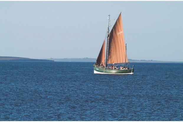 A7FC5R dh The Swan KIRKWALL ORKNEY Fifie type herring drifter two masted lugger sailing in Kirkwall Bay. Image shot 2007. Exact date unknown.