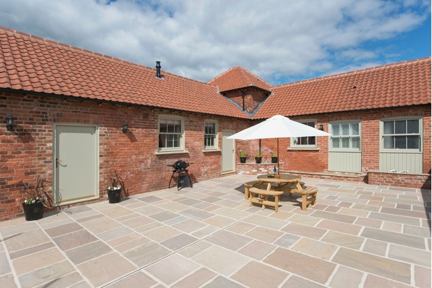 Galloway-House-private-courtyard-e271189