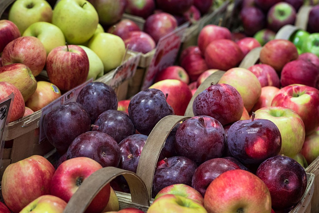 MASSACHUSETTS, UNITED STATES - 2015/10/20: Apple variety on display at a farmers market,. (Photo by John Greim/LightRocket via Getty Images)