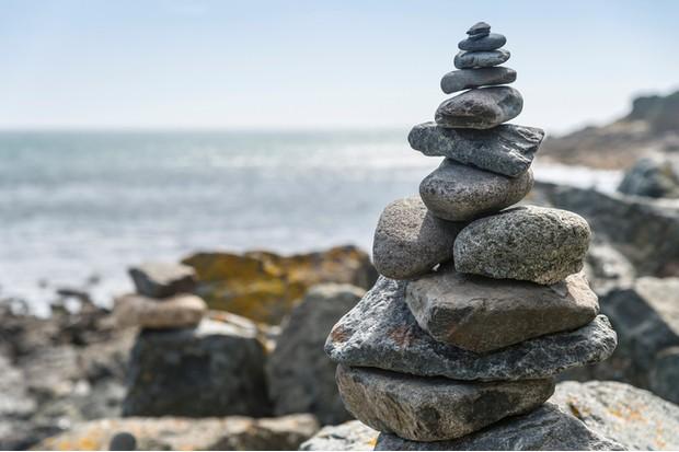 UK, Cornwall, Mousehole, stone pyramid at the coast