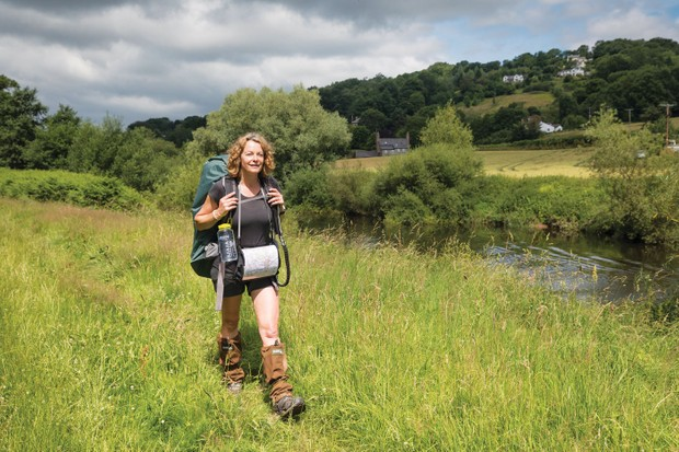 Kate-Humble-walks-past-kayakers-on-river-wye-fae1187